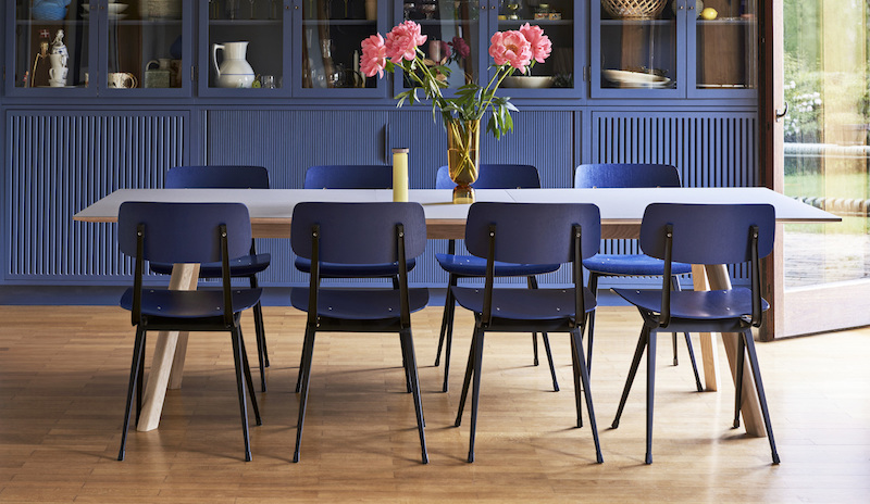 CPH 30 Extendable matt lacquered oak grey lino_Result Chair seat and back dark blue stained oak_Bottoms Up Vase.jpg
