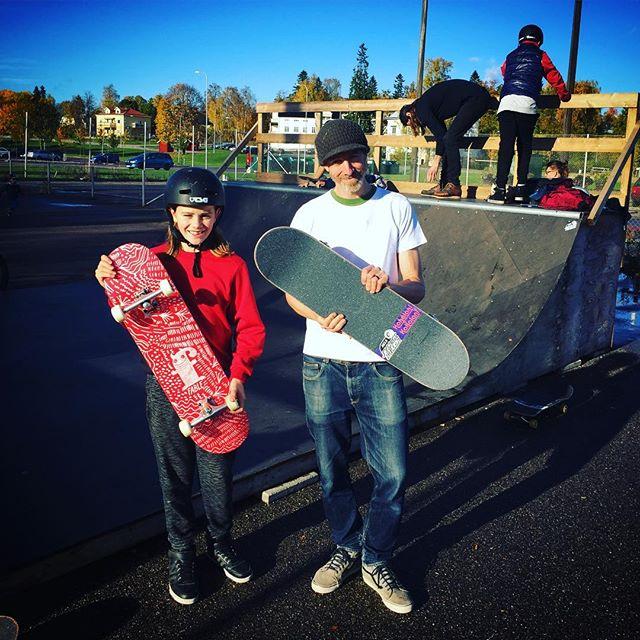 Justin, HSRs lokala representant i Örbyhus, tar emot 3st skatebords som vi donerar med stöd från @fableskateboards @nordskateparks och @kahalaniboards