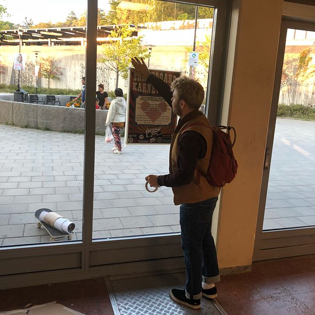 Nu är Vårby Gård tapetserat! På lördag blir det skateboardkalas i ravinen skatepark i just Vårby Gård. 14:00-17:00. Alla är välkomna skejta, hjälpa andra att skejta eller bara mingla. Utrustning finns att låna och händer finns att hålla om du aldrig åkt förut✋✋🏻✋🏼✋🏾✋🏿 @nobealoevera @ryskapostenalltiallo @kahalaniboards @svartkult  @vemodskateboards @stockholmskatenation @högdalenskateboardförening