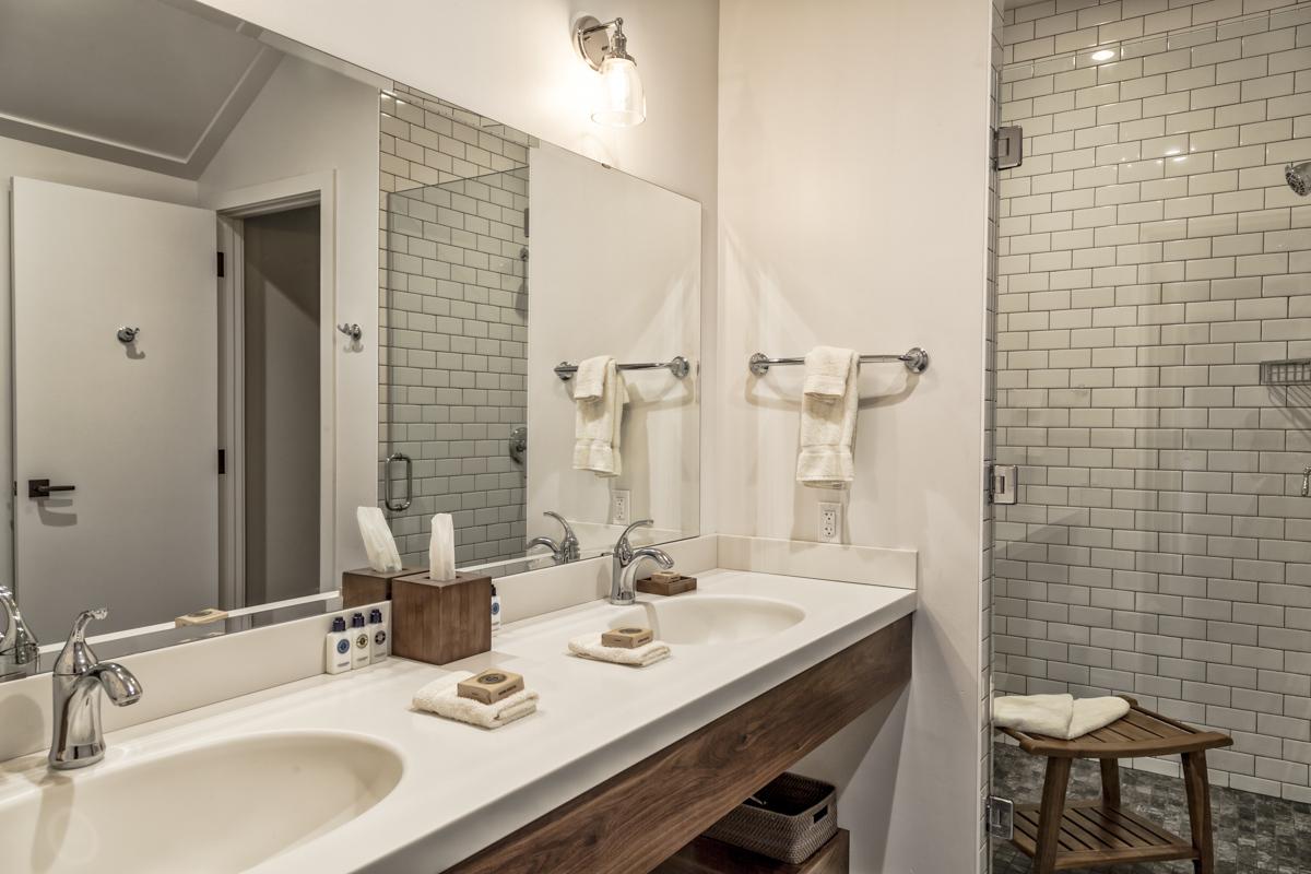 Lodge Double Queen Bathroom