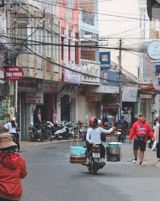 Work/Life balance. . . . . . #dalat #dalattrip #vietnam #vietnamadventures #streetphoto #streetphotography #reportage #reportagephotography #igtraveller #scooterlife