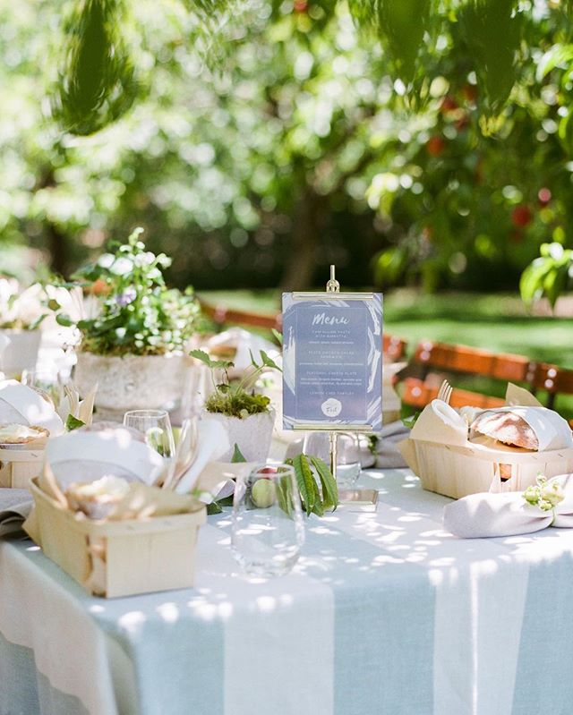 Who wouldn't want to be at this picnic? Design @joyproctor⠀ Photo by @iheartmygroom⠀ Location @ksetrelpark⠀ Florals @wilderfloralco⠀ Linens @latavolalinen⠀ Rentals @thetentmerchant⠀ Design Assistants @camhas @susansilverberg⠀ ⠀