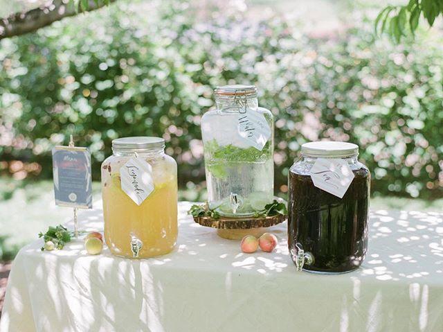 A refreshing drink in the shade⠀ ⠀ Design @joyproctor⠀ Photo by @iheartmygroom⠀ Location @ksetrelpark⠀ Linens @latavolalinen⠀ ⠀