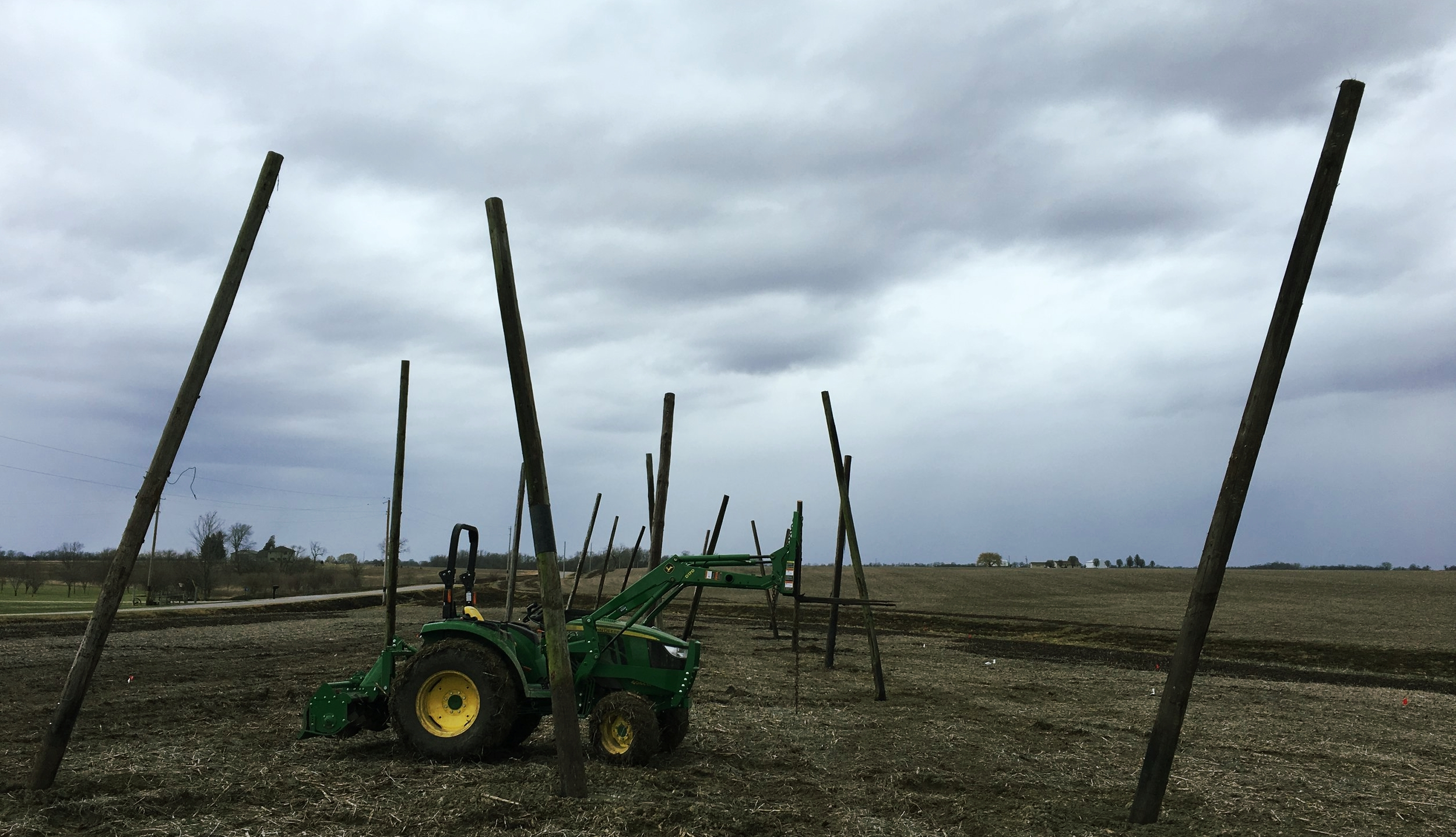 The mighty John Deere 4044 with the newly acquired palletforks.