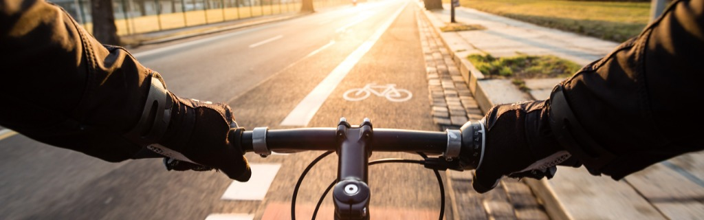 firstperson-view-of-cyclist-in-the-city-at-morning-picture-id950469740.jpg