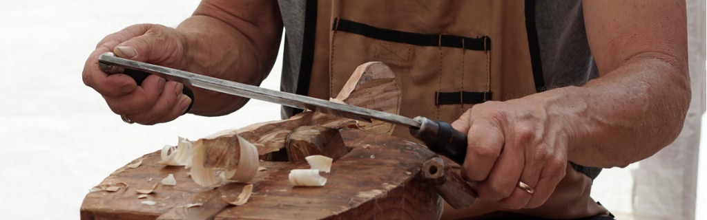 wood-carver-working-at-art-fair-picture-id972781236.jpg