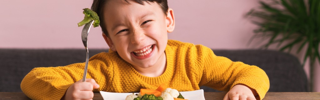 child-is-eating-vegetables-picture-id904661696.jpg