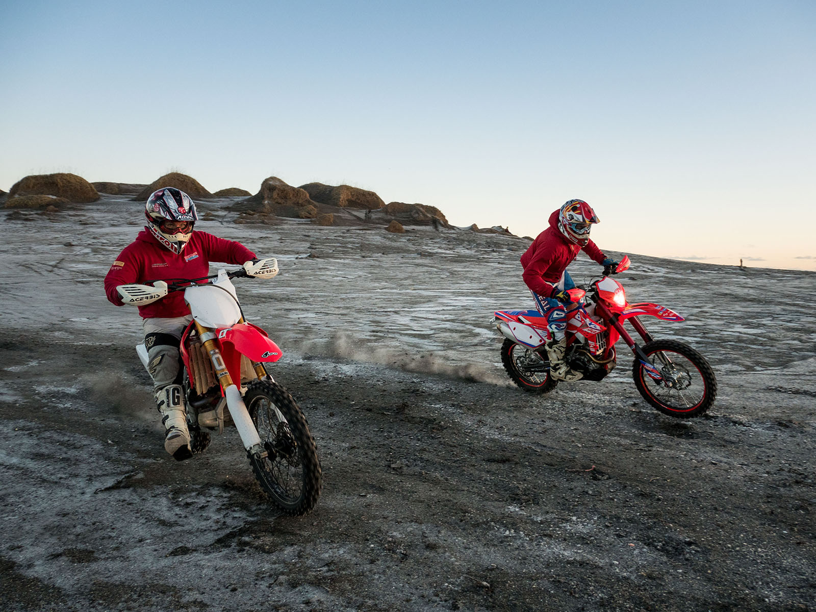Jói training at Sandvík for the Abu Dhabi 2016 Desert Challenge with his wife Guðný one month after she gave birth to their son.
