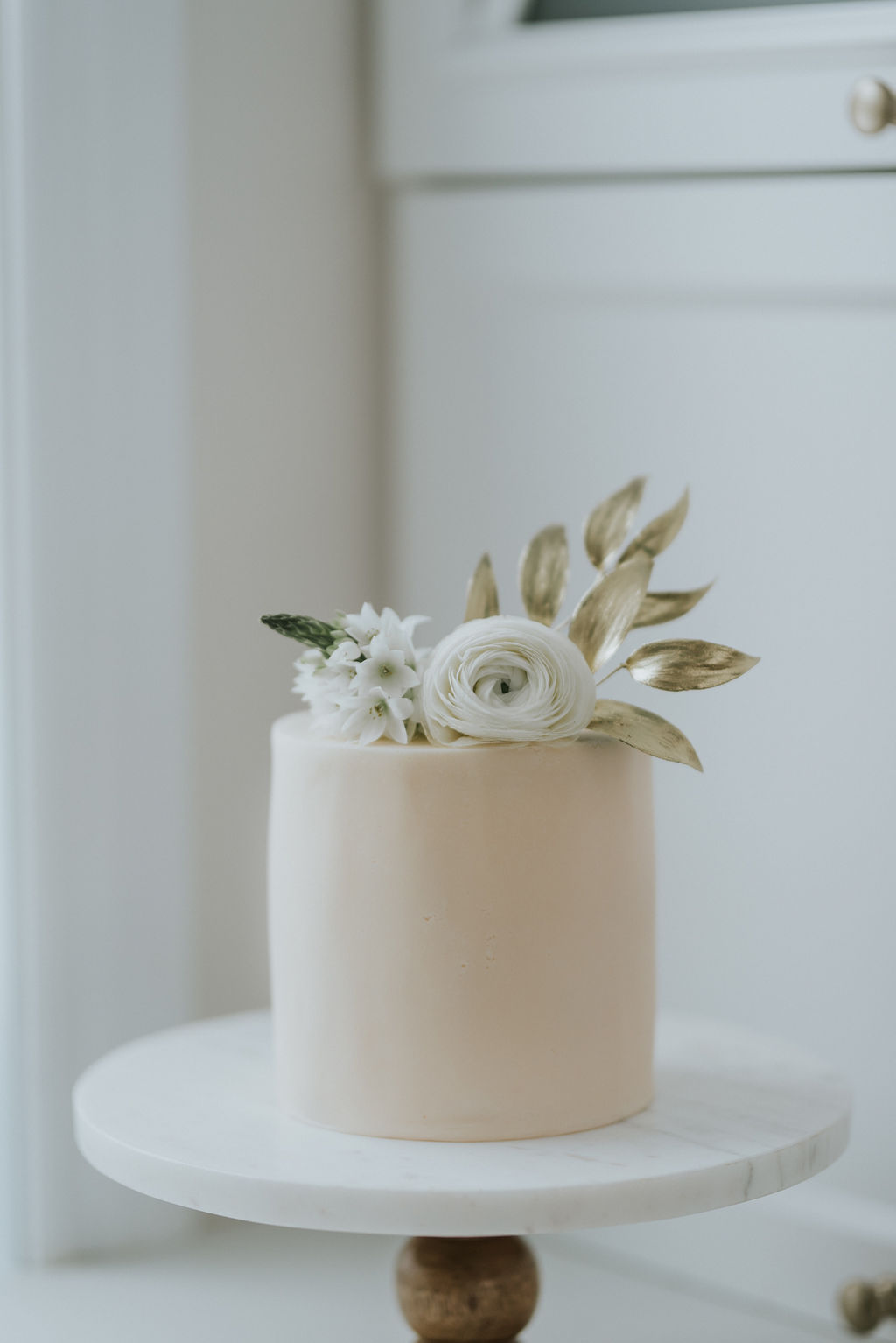 montreal wedding custom cake with natural flowers
