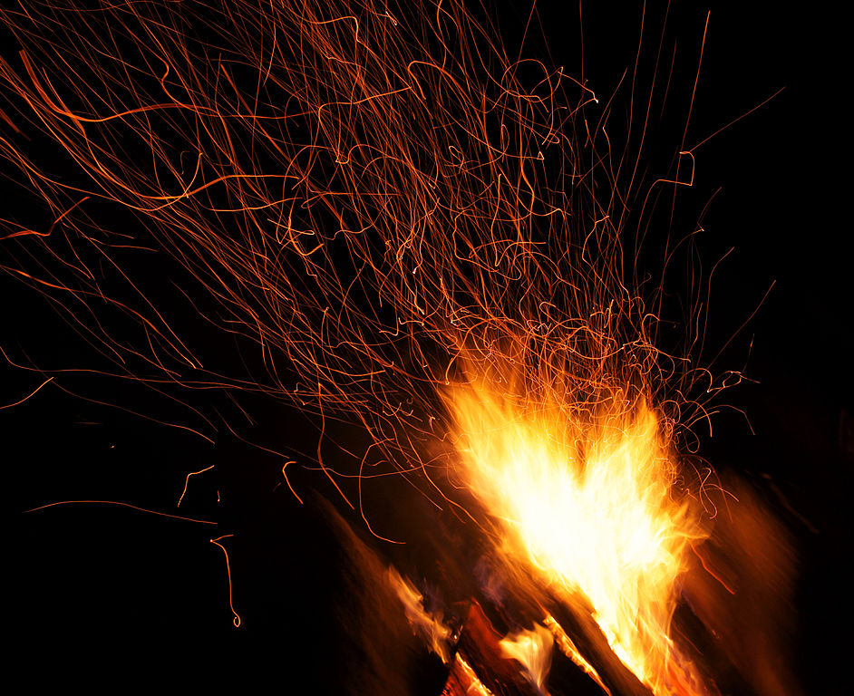942px-Campfire_and_sparks_in_Anttoora_8.jpg