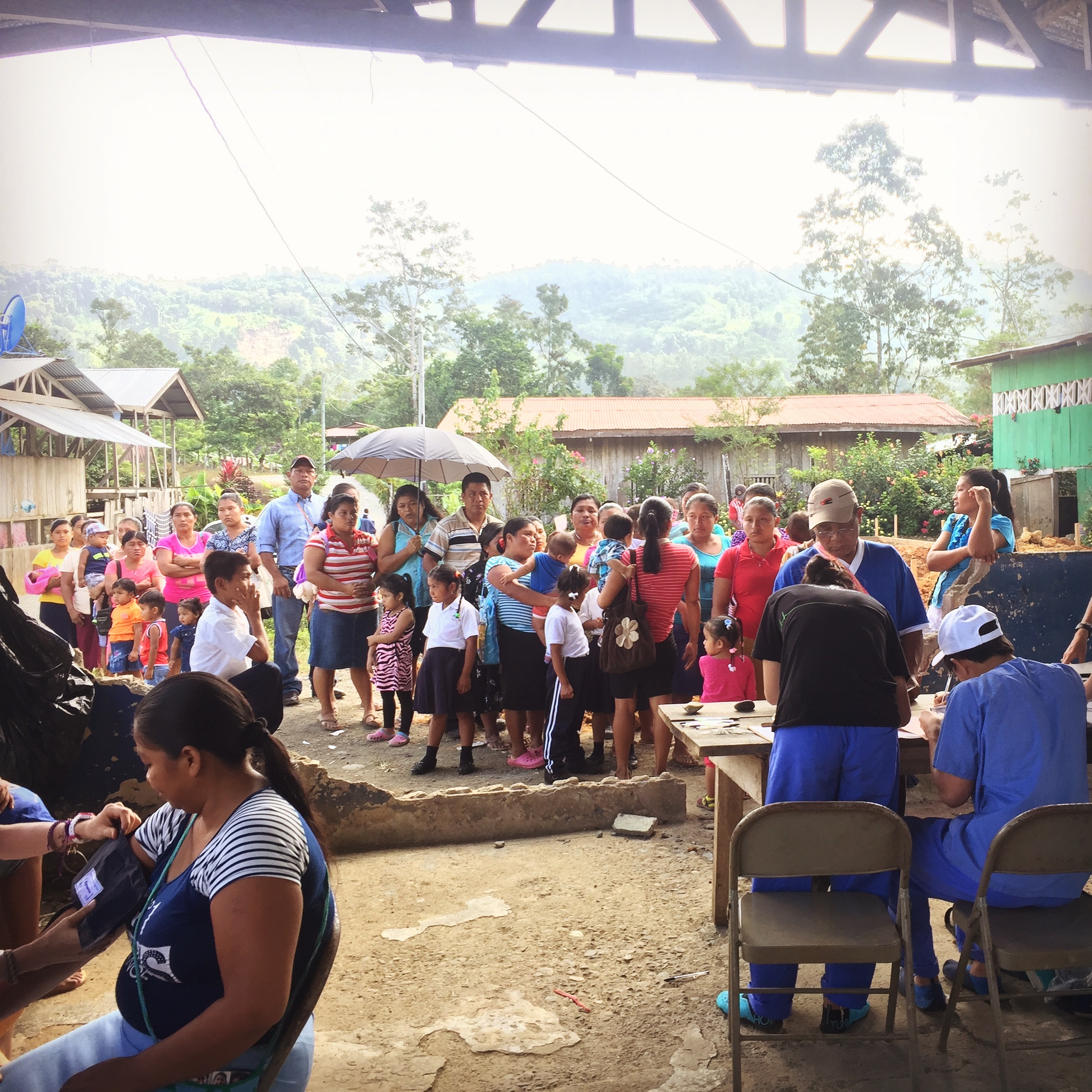 The line of people at the Cerro Brujo clinic.