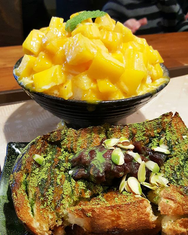 So many bingsoo places in Koreatown! Which are your favorites? 🤔 We tried SomiSomi the last time we were in LA but didn't get a chance to visit Sul & Beans next door. So glad we finally did! 🙆♀️🙆♂️ Our cravings lead us to the fresh mango bingsoo and green tea injeolmi toast. Aside from the obvious mango topping, the bingsoo had many hidden layers of mango chunks and condensed milk which assured every bite had some fruit. The green tea injeolmi toast had a delicious green tea flavor and tons of injeolmi oozing out of the toast. It's basically a mochi sandwich with red bean, green tea and condensed milk topped with sliced almonds. ❤