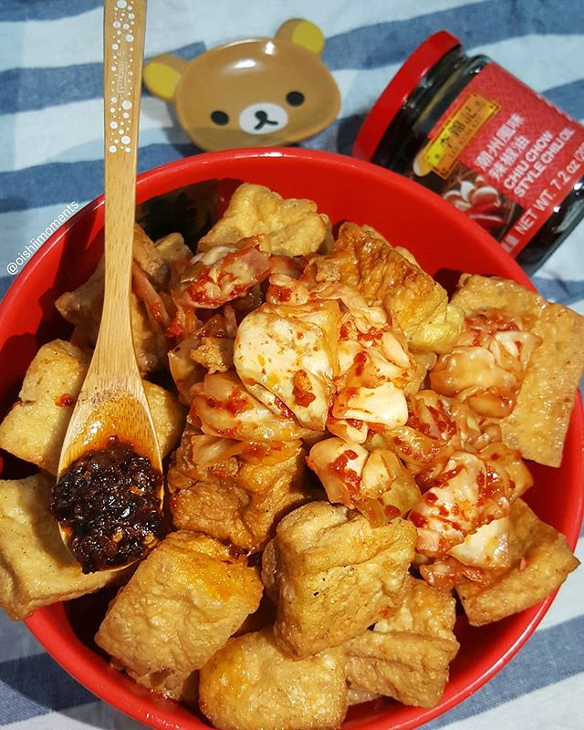 Stanky good! 🙆♀️🙆♂️ That's right, I'm having stinky tofu with Lee Lum Kee's chiu chow chili oil. Boy does stinky tofu and chili oil go hand in hand. 🌶👐 A year ago I tried Lee Lum Kee's chiu chow chili oil for the first time and have added it in many of my meals ever since. Where is your go-to stinky tofu spot? 💬 More on @LeeKumKeeUSA sauces, recipes and summer giveaway on their page. Enter for a chance to win a gift card and bottle of sriracha mayo. 🤗 #LeeKumKee #Ad