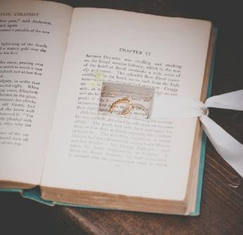 1043    Livre à bagues / Cut-out ring Book    1
