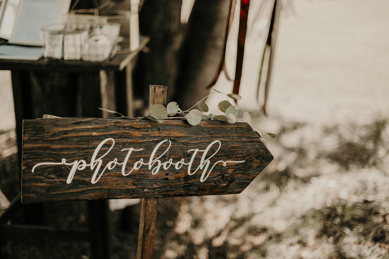 1069    Panneaux en bois personnalisé / Custom Wooden Signs    5