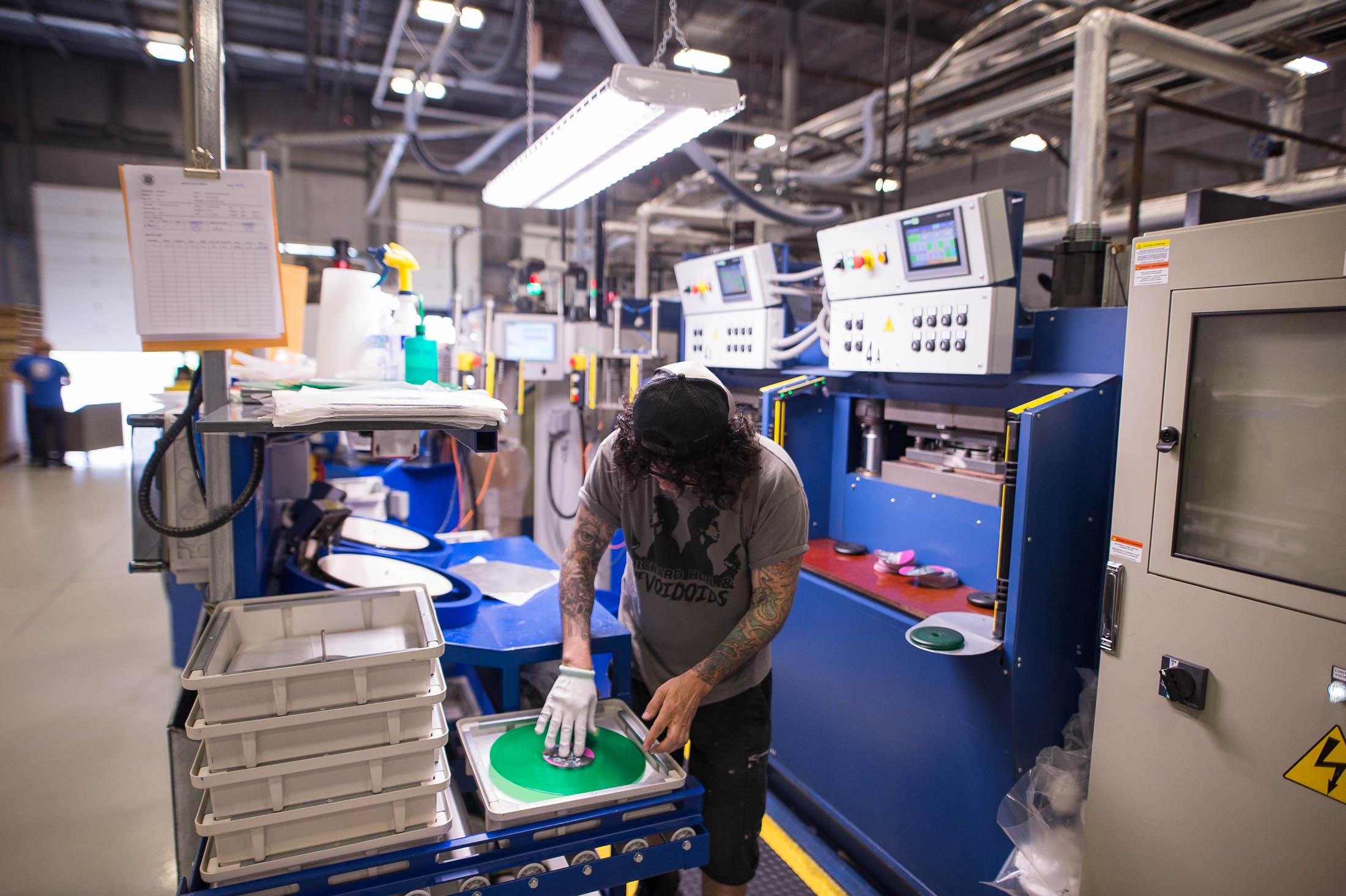Một Chuyên Viên Kỹ Thuật Tại Precision Record Pressing Đang Miệt Mài Trên Chuyền Sản Xuất Mà Mình Phụ Trách    Photographer: James MacDonald/Bloomberg