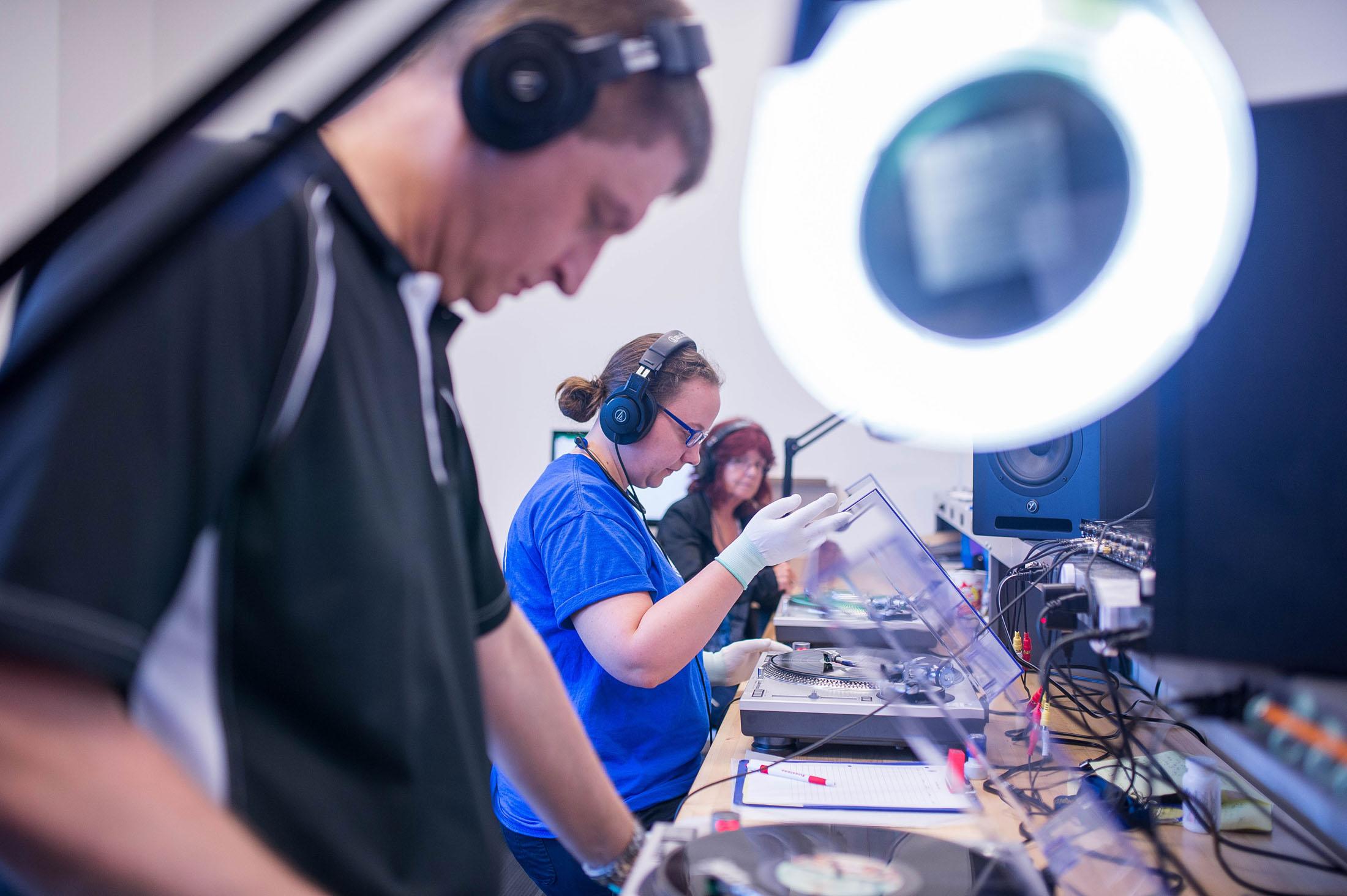 Chuyên Viên Của Precision Record Pressing Đang Kiểm Định Chất Lượng Âm Thanh    Photographer: James MacDonald/Bloomberg