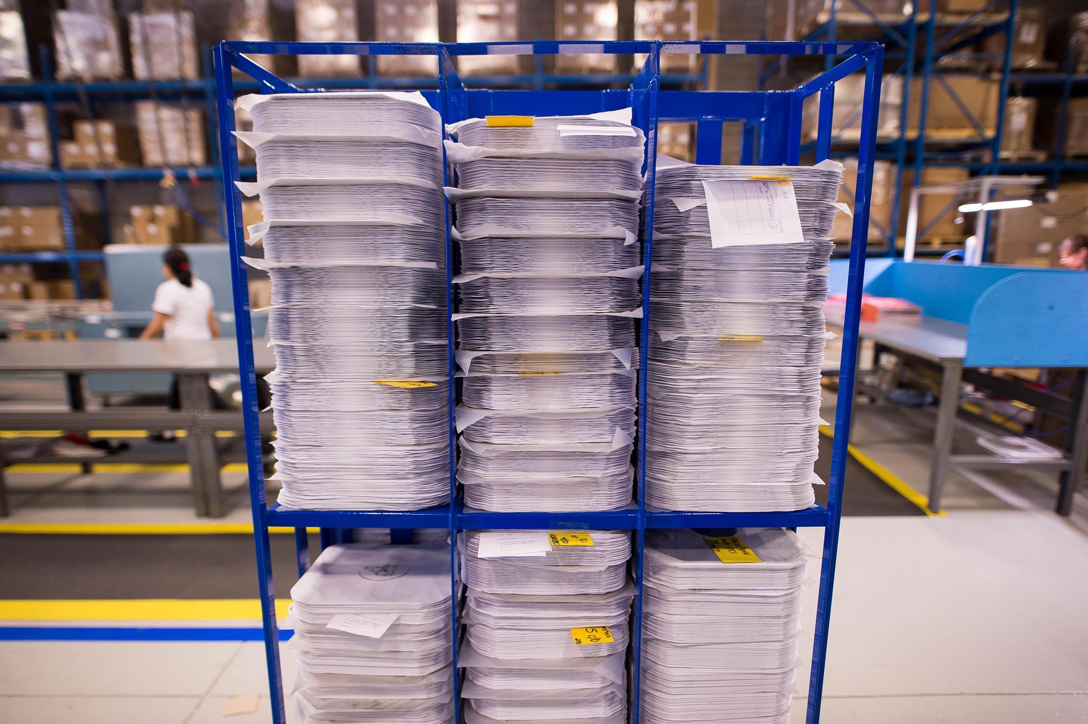 Ngăn Xếp Record Sẵn Sàng Cho Việc Đóng Gói & Vận Chuyển    Photographer: James MacDonald/Bloomberg