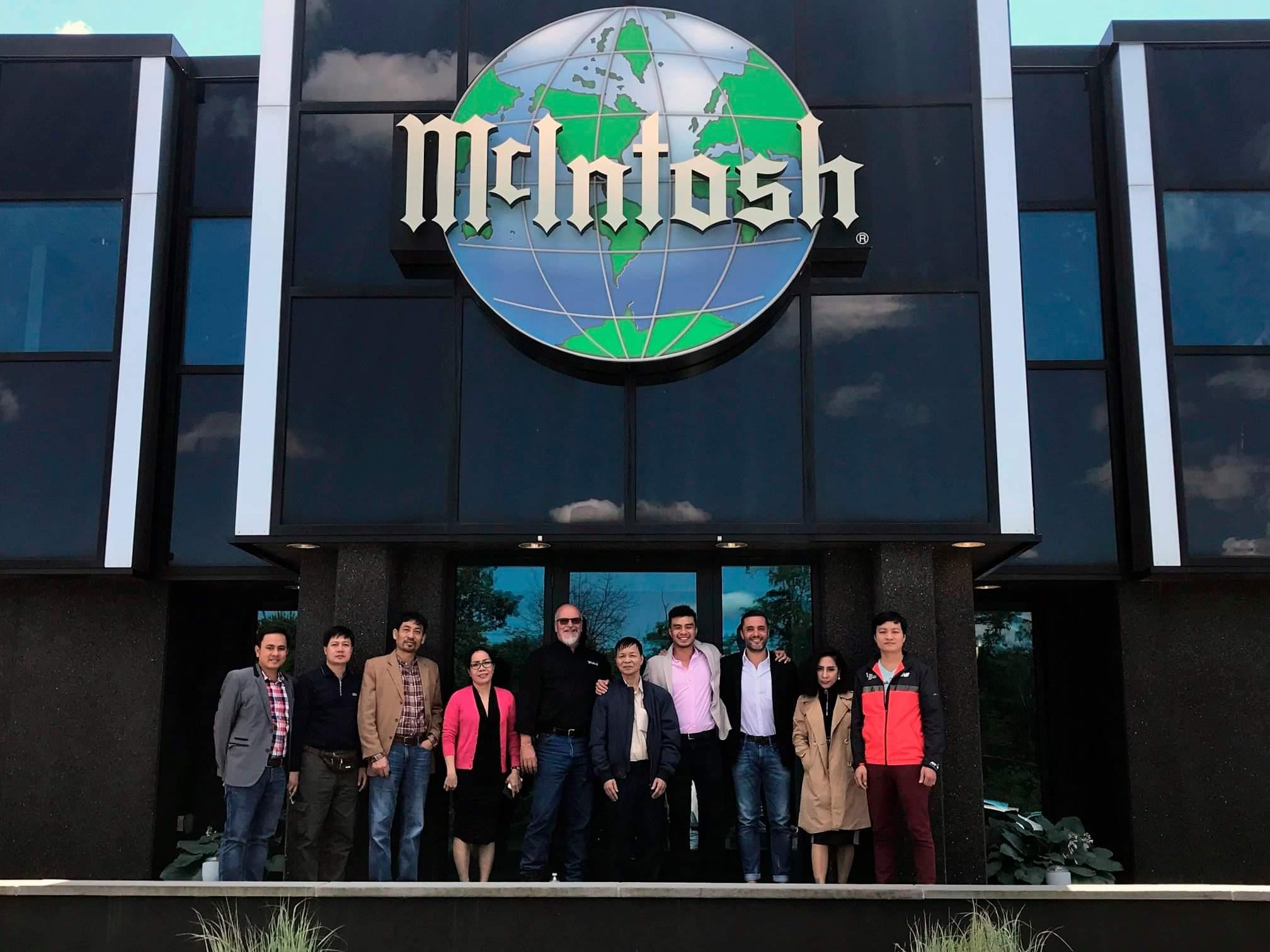 Đoàn Việt Nam chụp ảnh lưu niệm cùng các đại diện McIntosh