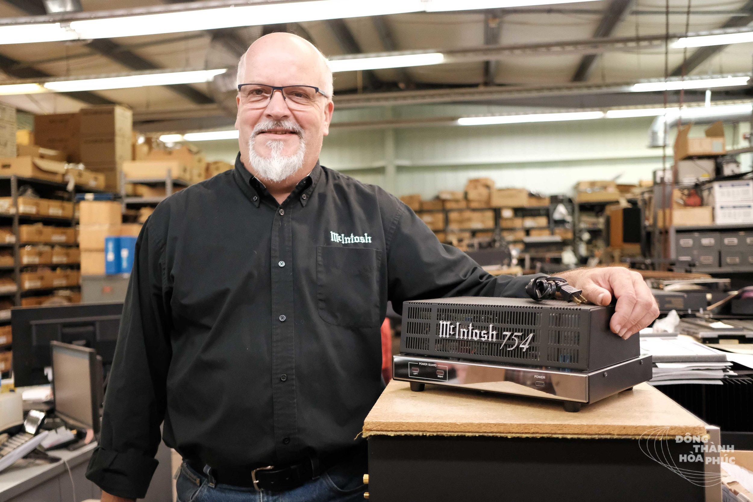 Mr.Charlie Randall cùng thiết kế đầu tiên của mình - mẫu ampli 02 kênh MC754, được trình làng vào năm 1988