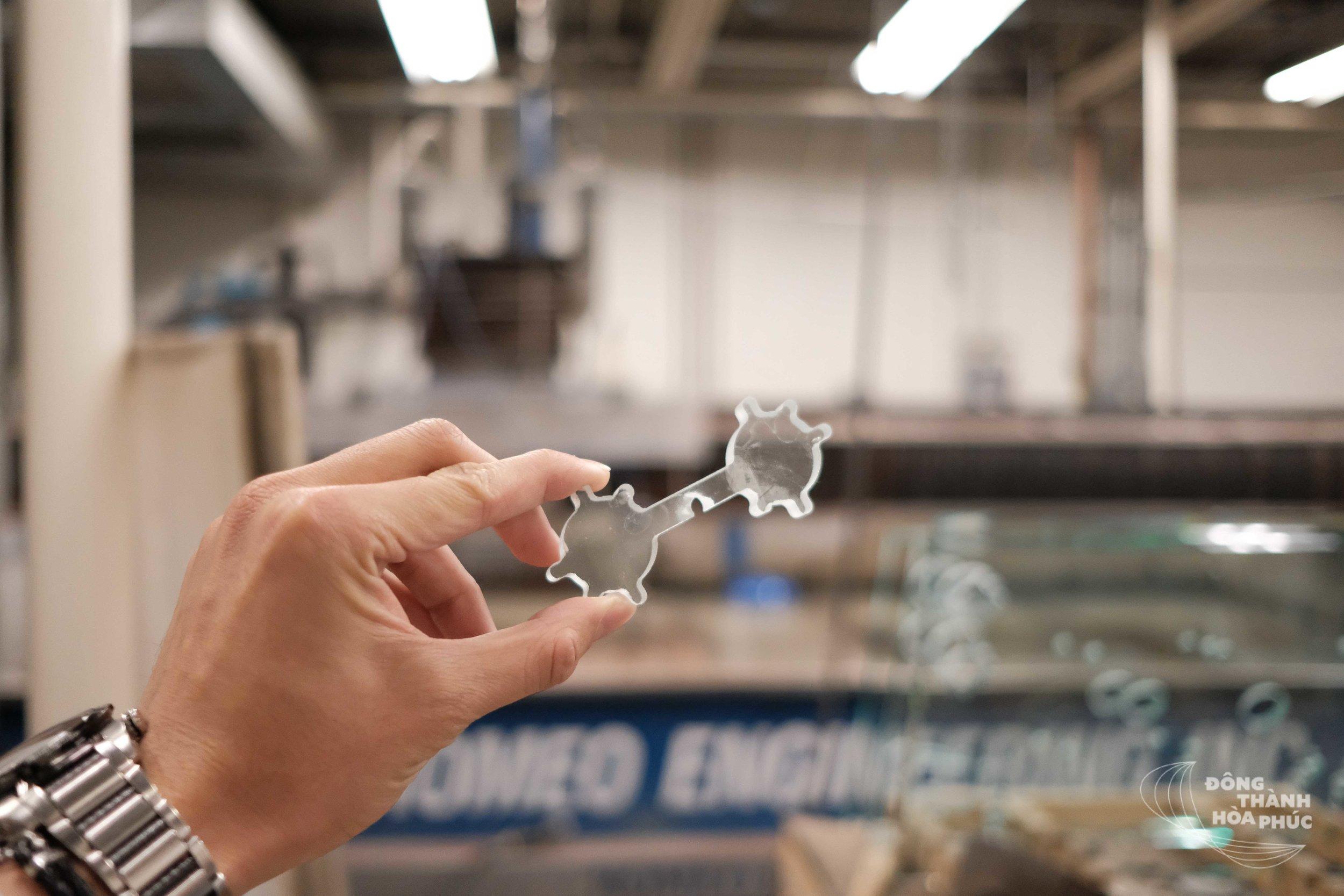 Cận cảnh độ tinh xảo của một mẫu kính được cắt ra khỏi mặt kính MTI100