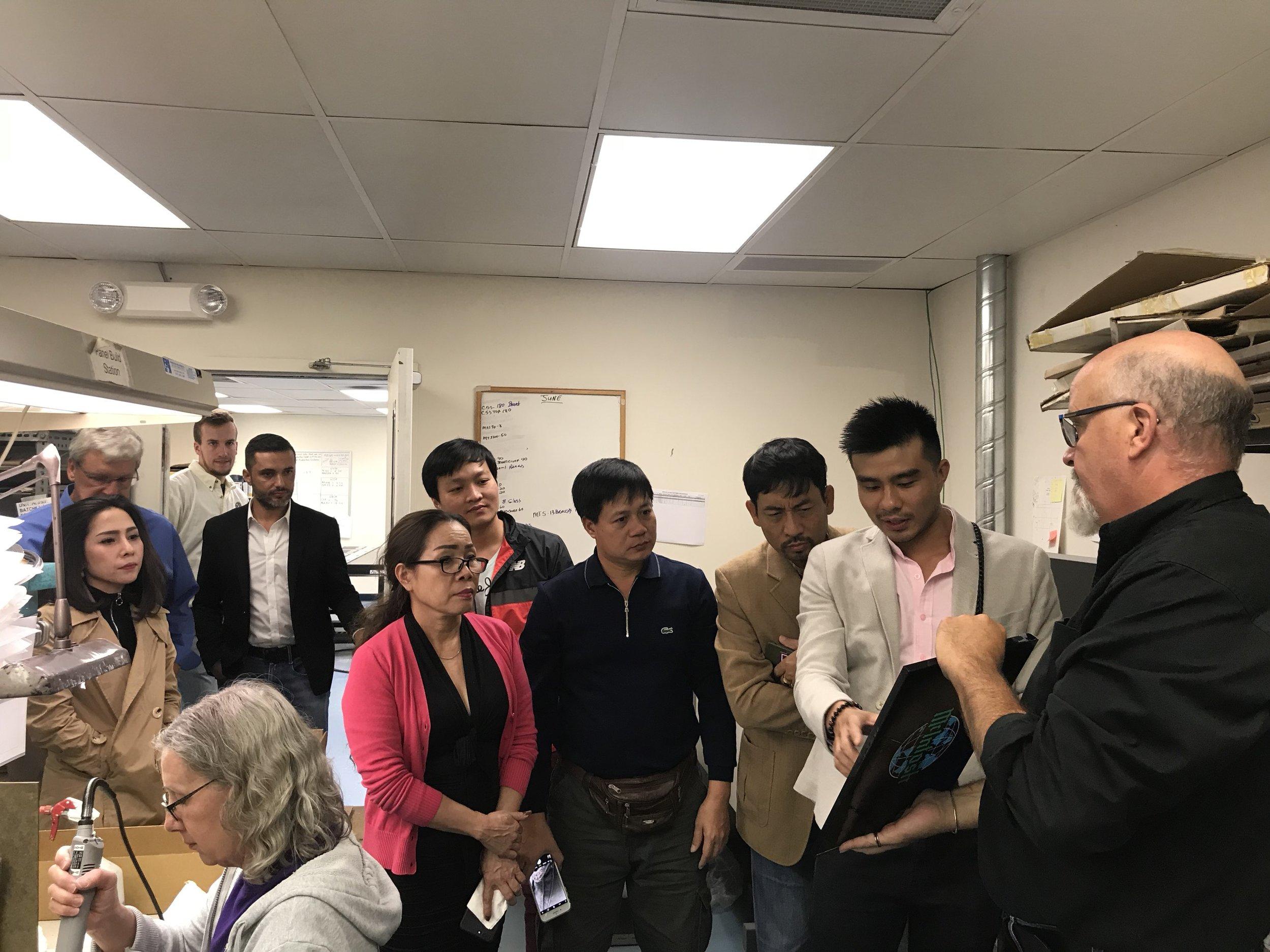 Đoàn Việt Nam trong phòng sơn mặt kính