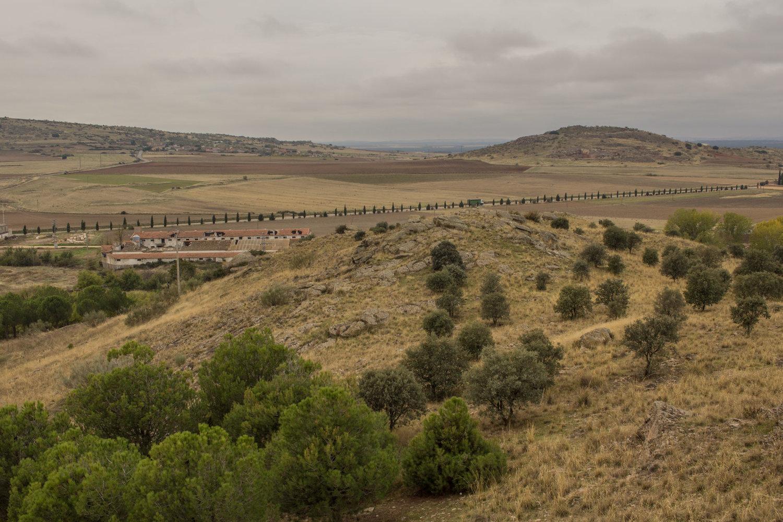 Vista desde Peña Mora con peñas desde donde podemos disfrutar de un cielo de mil colores al atardecer. Además de pinos y encinas del monte hay grabados rupestres.