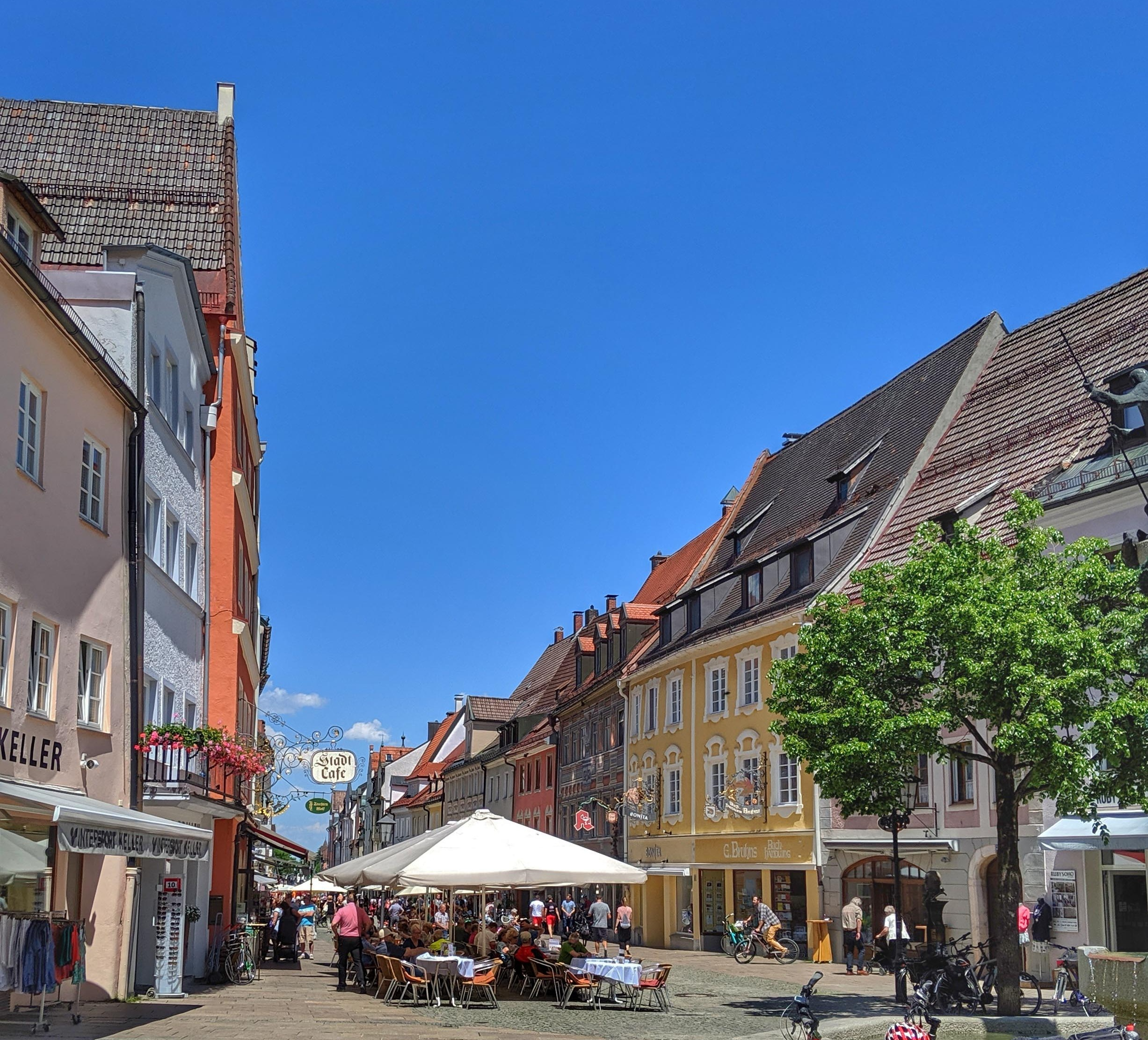 The lively streets of Füssen