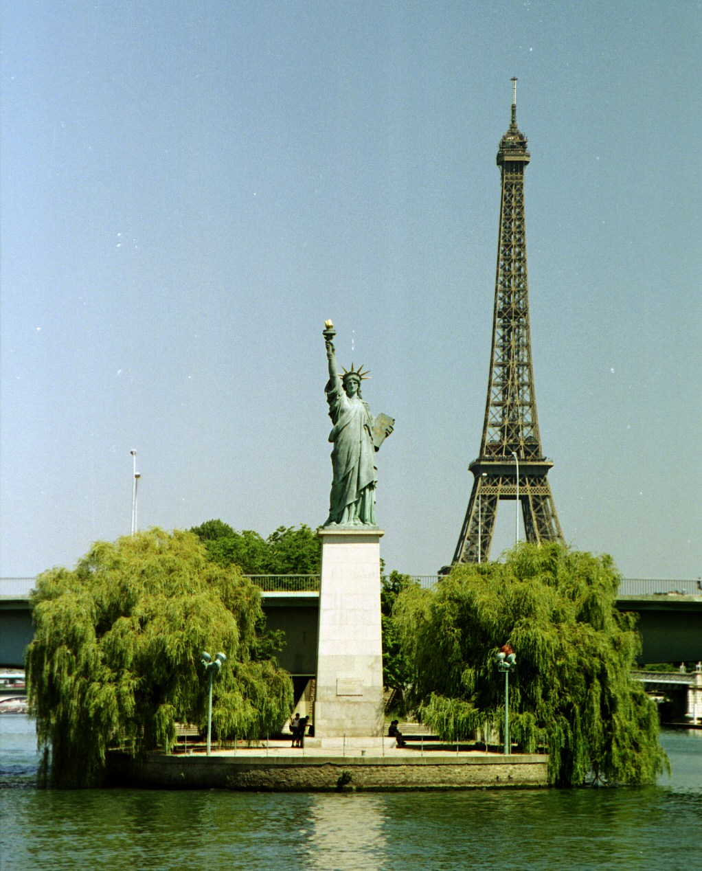 Paris-ile-aux-cygnes-statue-de-la-liberte-tour-eiffel-seine.jpg