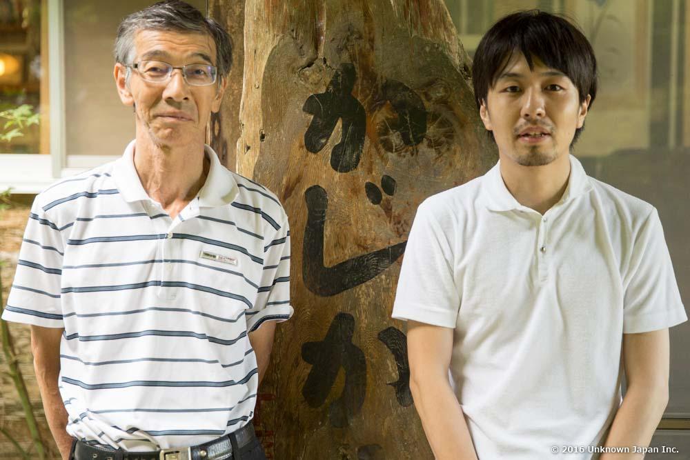 かじか荘玄関前で管理人の松ヶ野俊次さんと一緒に撮影