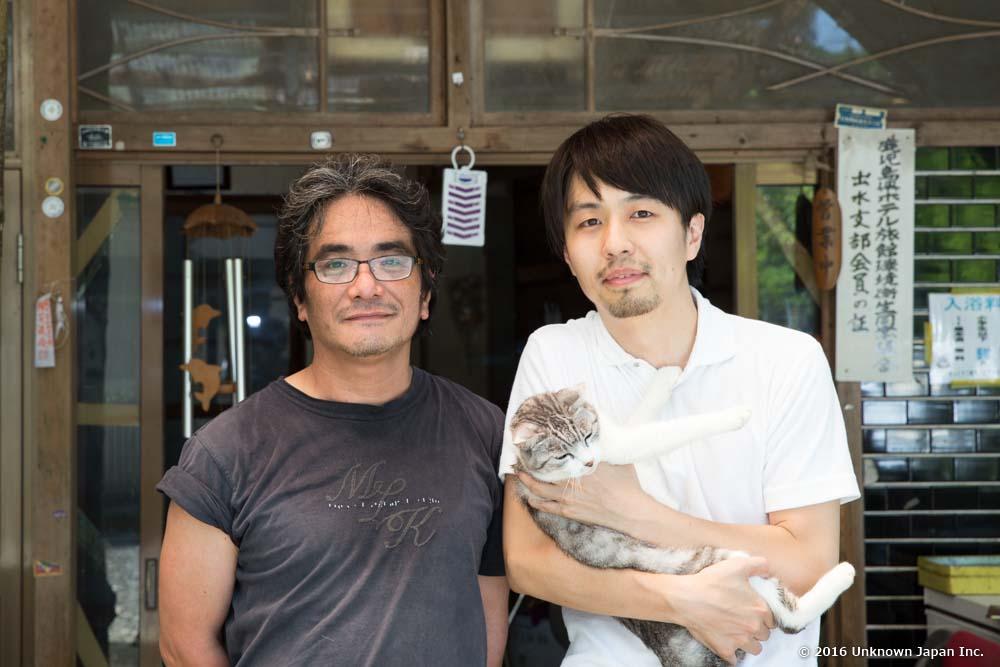 ご主人の寳井とおるさんと猫のシマと玄関前で撮影