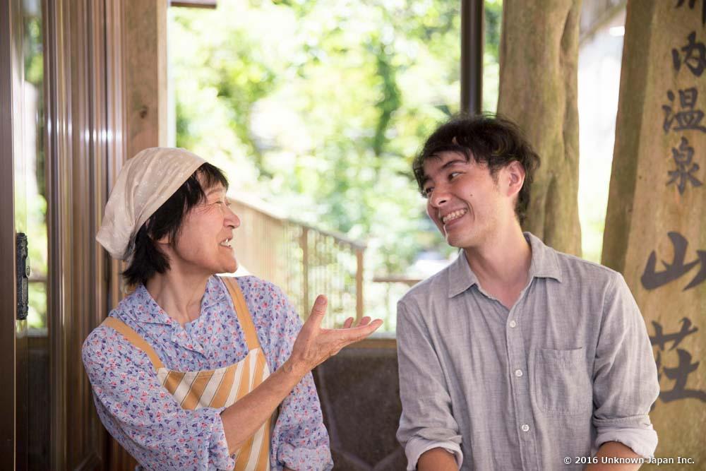 オーナーの寳井菊さんと入口で撮影。