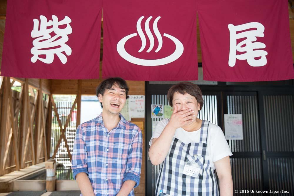 管理人の岡田陽子さんと入口で撮影