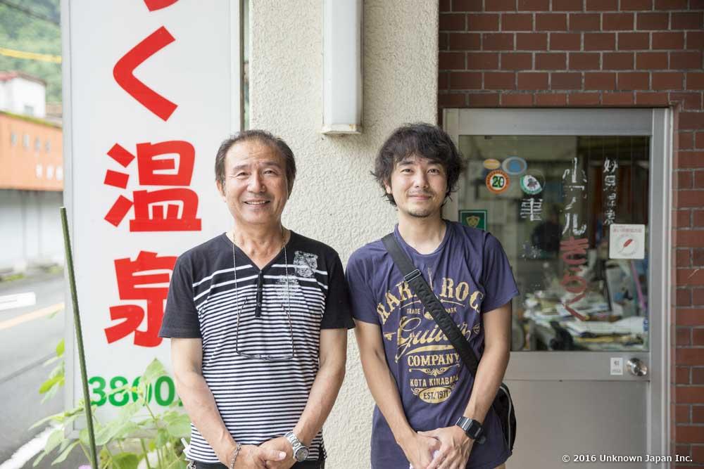 オーナーの田代利博さんと玄関前で撮影