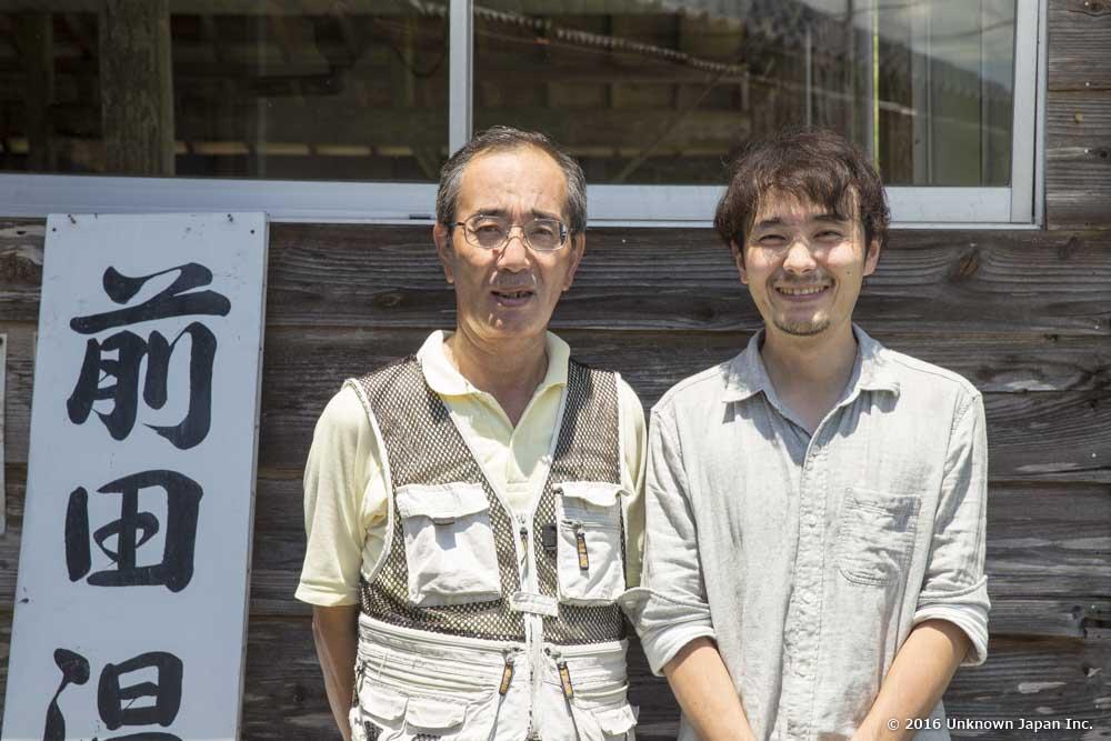 オーナーの前田和久さんと浴室の入口で撮影
