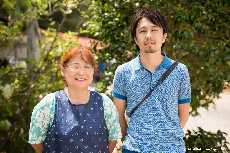 オーナーのご家族の松田珠世さんと入口前にある庭で撮影