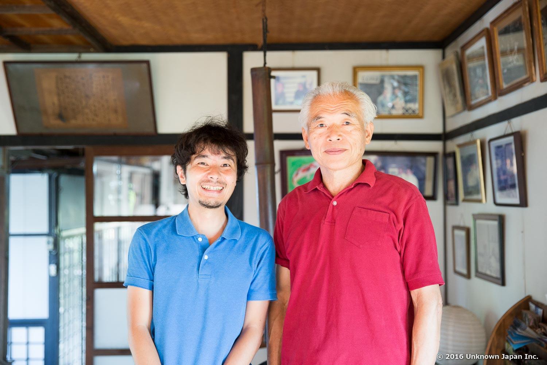 オーナーの髙山洋一さんとしらさぎ荘の玄関で撮影