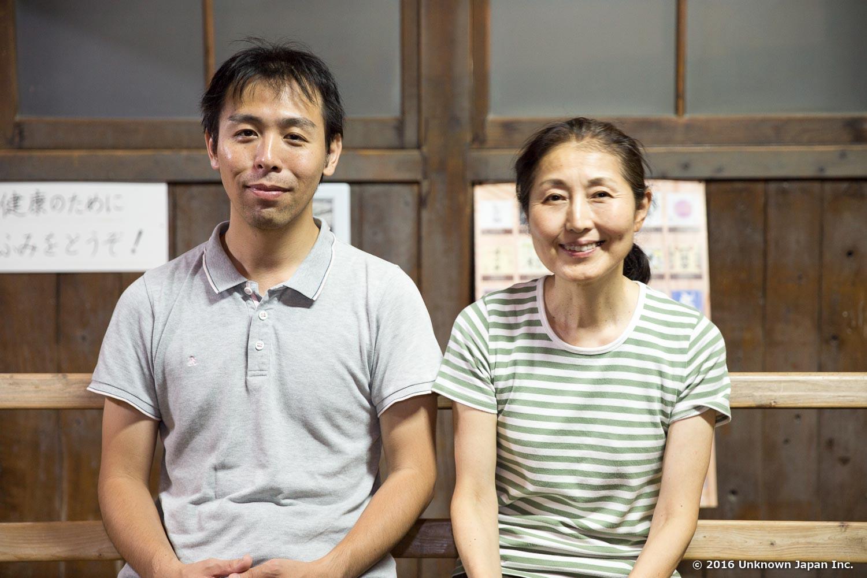 オーナーの永見明子さんと脱衣所内で撮影