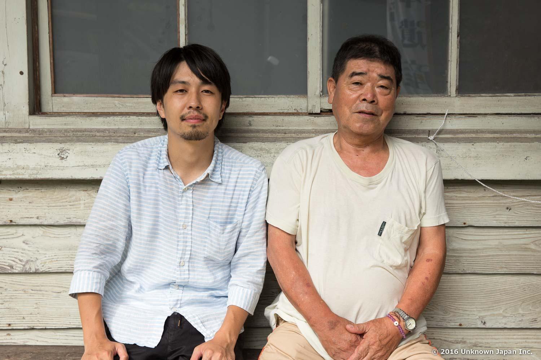 建物外のベンチで管理人の那須貢さんと撮影
