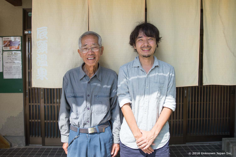 辰頭温泉の会長である菊永秀之さんと玄関の前で撮影