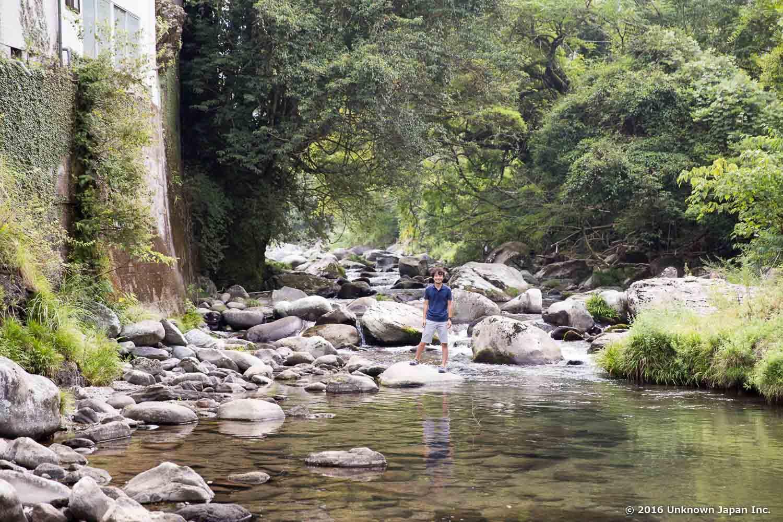 湯の鶴温泉沿いにあり、温泉が湧出する頭石川で撮影