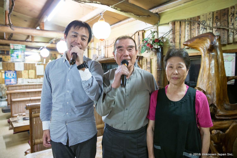 オーナーの矢野龍生さんと奥様と食堂で撮影