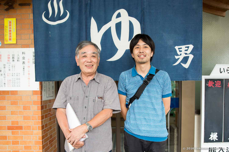 熊入温泉共親会会長の中原進さんと入口で撮影