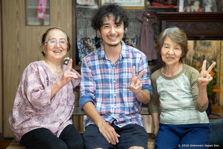 川湯の上にある静泉荘の佐藤イツ子さんと友達の北里楫子さんと一緒に静泉荘の玄関で撮影
