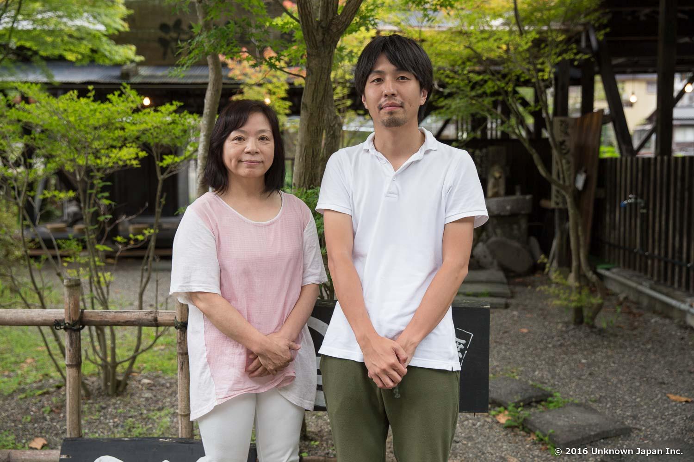 杖立温泉観光協会の瀬津田晴美さんと足湯の前で撮影