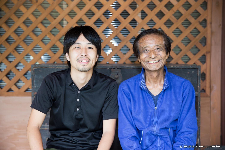 管理人の森山岩雄さんとご自宅の前で撮影