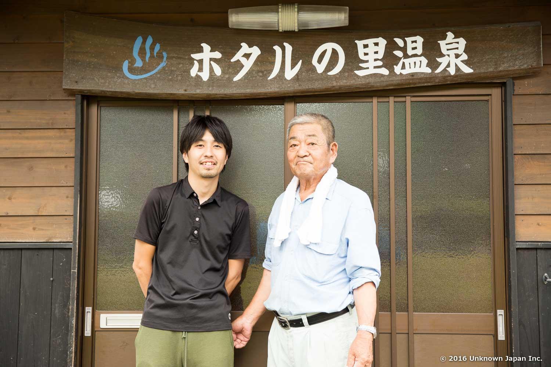 管理人の宮崎勝利さんと玄関前で撮影