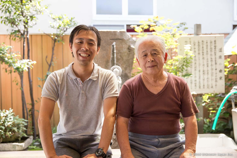 館主の城長八さんと薬師如来像の前で撮影。