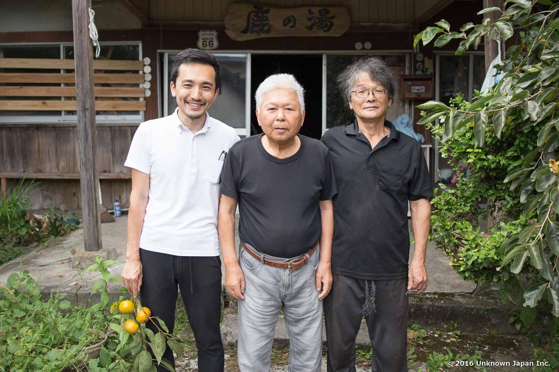 オーナーの柴田信男さん(右)とオーナーの悪友、石原国信さん(中央)と宿入口の前で撮影