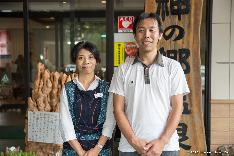 女将の林久美さんと入口の前で撮影